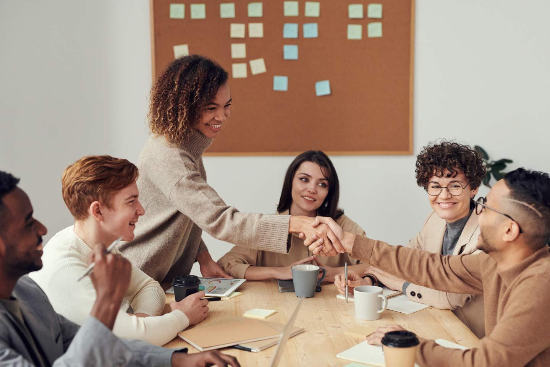 Lachende und freudige Gesichter im Business Meeting