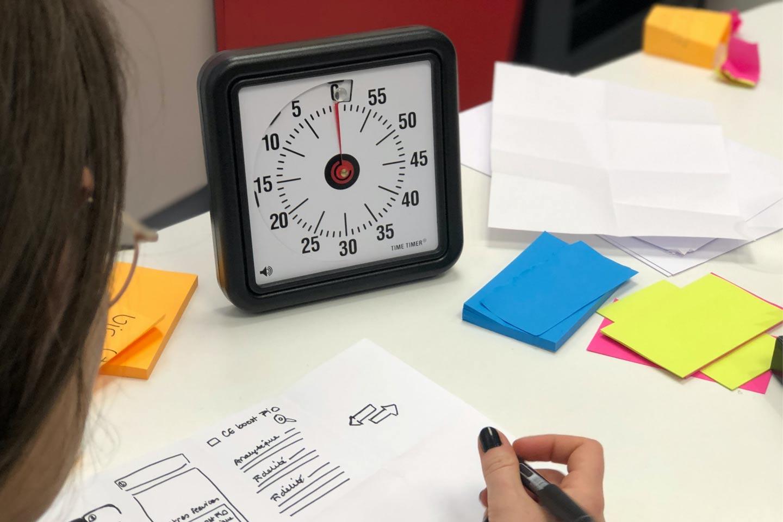 Time Timer Uhr, bunte Klebezettel und Tools im Kreativitätsworkshop