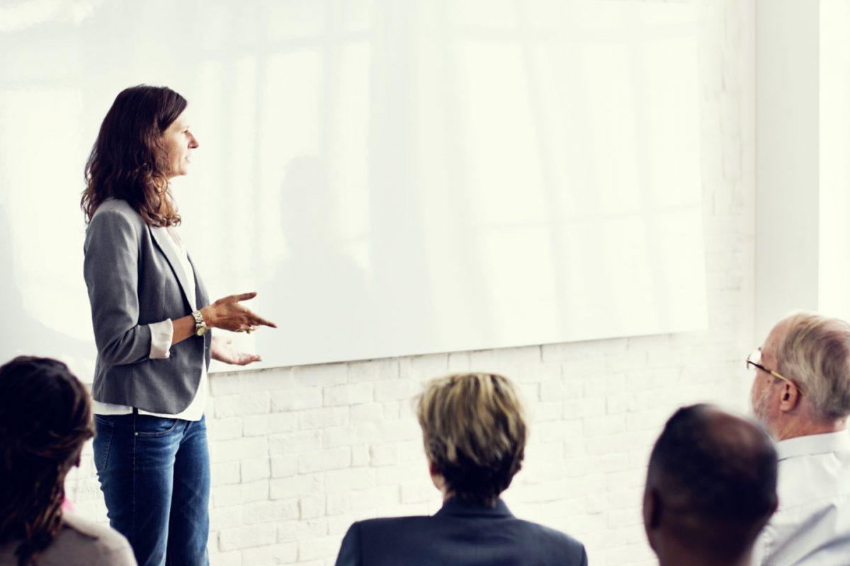 Business Frau präsentiert souverän und authentisch vor Publikum