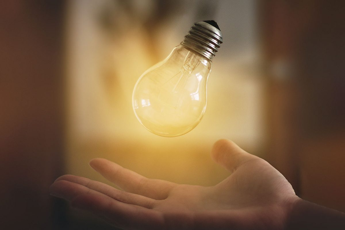 Leuchtende Glühbirne und Aha Effekte im Coaching für Ihre Persönlichkeitsentwicklung